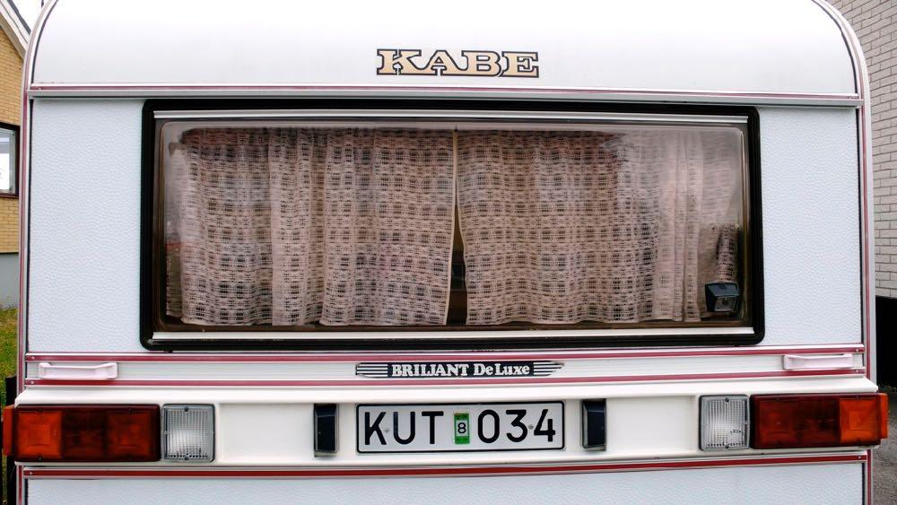 Het woord 'kut' op een Zweedse caravan.